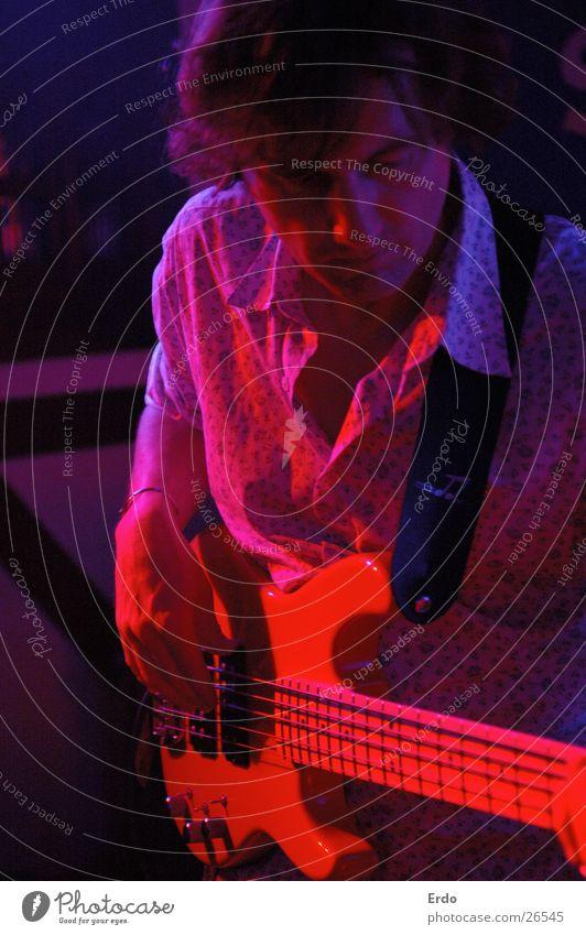 Roter Gitarrist blau rot Musik Gastronomie Konzert Gitarre Bühne Sänger Rock `n` Roll Musiker Gitarrenspieler Kneipe Rocker