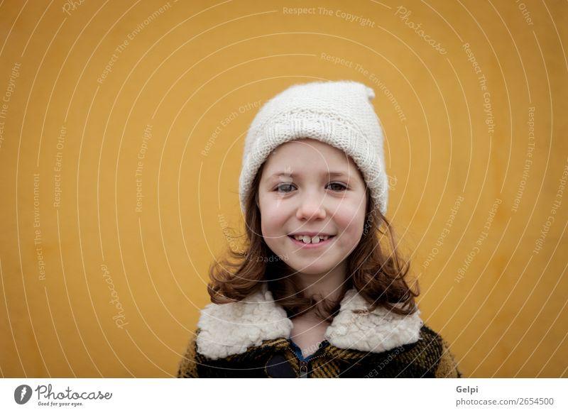 Hübsches kleines Mädchen auf der Straße. Freude Glück schön Gesicht Winter Kind Mensch Kleinkind Frau Erwachsene Familie & Verwandtschaft Kindheit Herbst Wärme