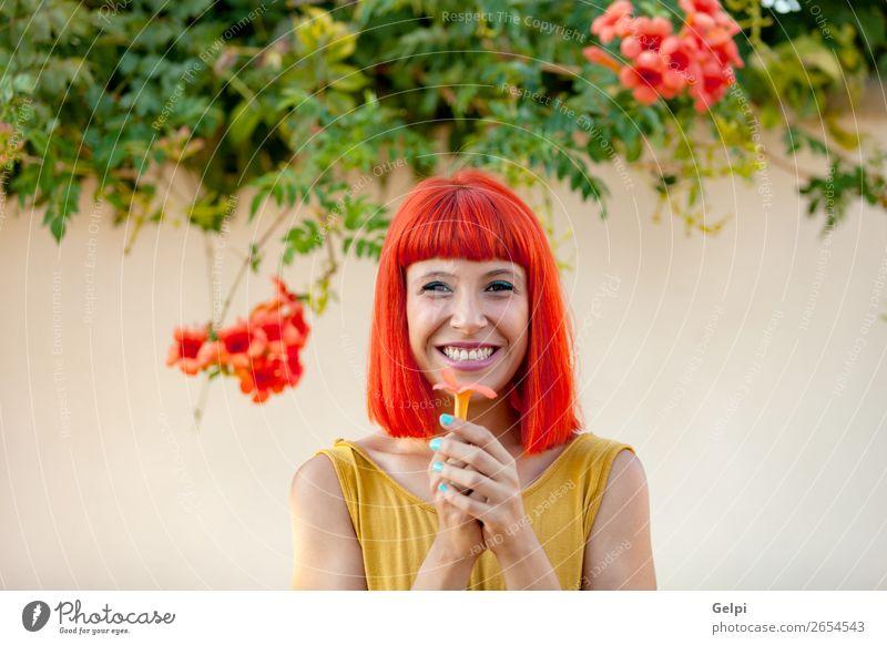 Glückliche Frau mit rotem Haar und gelbem Kleid Lifestyle Stil Freude schön Haare & Frisuren Gesicht Wellness Sommer Mensch Erwachsene Natur Pflanze Blume Park