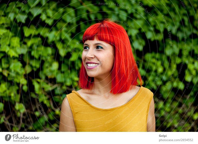 Fröhliche rothaarige Frau im Park Lifestyle Stil Freude Glück schön Haare & Frisuren Gesicht Wellness ruhig Sommer Mensch Erwachsene Natur Pflanze Mode Lächeln