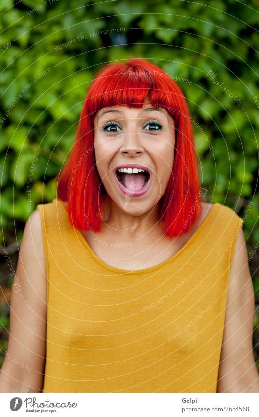 Überraschte rothaarige Frau in einem Park Lifestyle Stil Freude Glück schön Haare & Frisuren Gesicht Wellness Sommer Mensch Erwachsene Natur Pflanze Mode