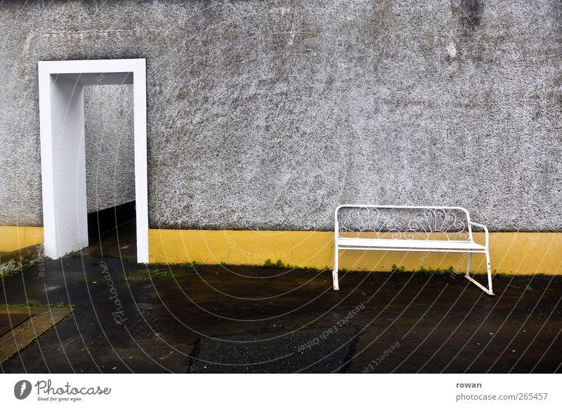 sitzgelegenheit Bauwerk Gebäude Architektur Mauer Wand Fassade Tür alt gelb Bank nass trist Einsamkeit leer Eingang Asphalt grau unfreundlich Putz sitzen warten