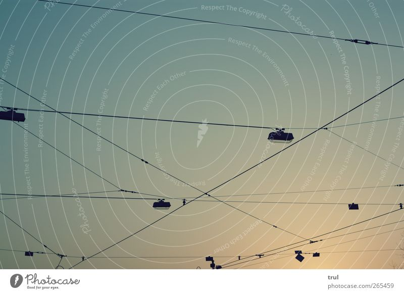 vernetzt Himmel Sonne Stadt Stromdraht Lampe Beleuchtung Beleuchtungselement Netz Draht hängen leuchten Unendlichkeit Wärme Farbfoto Außenaufnahme
