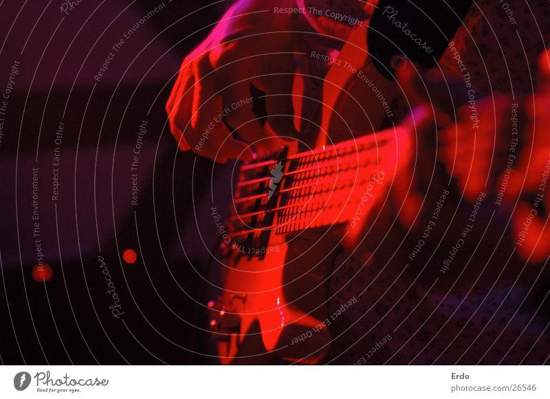 Rote Gitarre Gitarrenspieler Gastronomie rot Tiefenschärfe Konzert Musik Nahaufnahme Kneipe Rock 'n' Roll