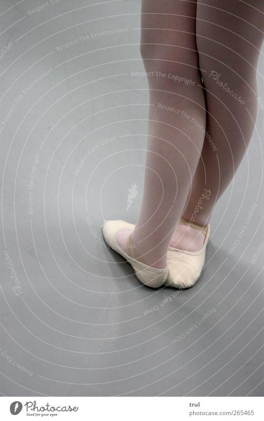 Ballettbeine Balletttänzer Ballettschuhe Tanzschule feminin Junge Frau Jugendliche Beine Fuß Tänzer Strumpfhose Tanzen ästhetisch elegant stark Farbfoto