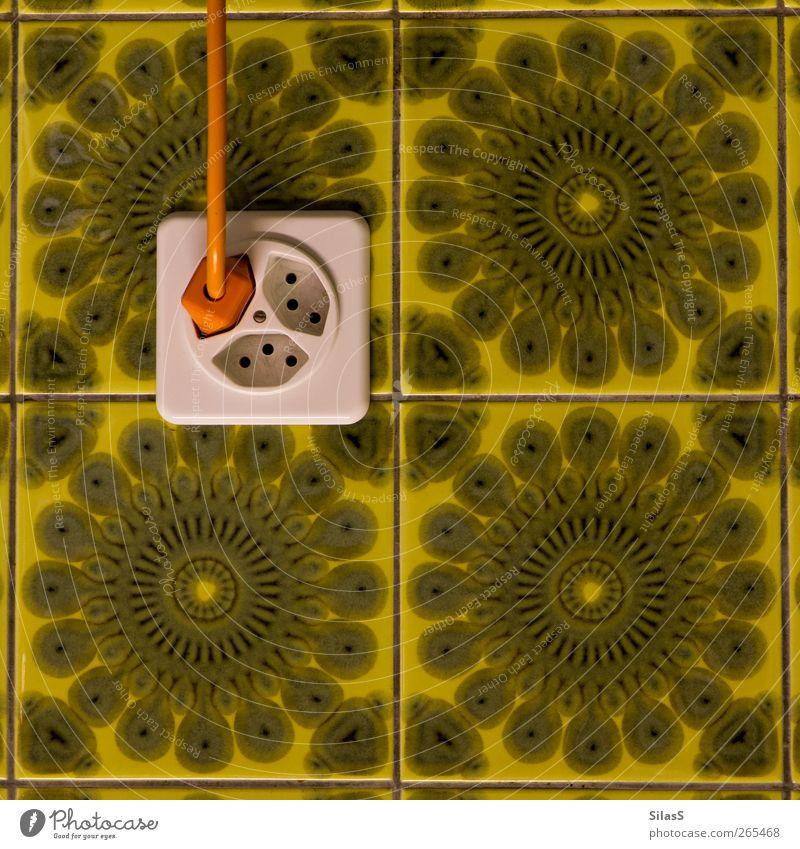 Retrostrom Kabel Steckdose Mauer Wand Fliesen u. Kacheln Kunststoff alt retro gelb grün weiß Farbfoto Innenaufnahme Muster Strukturen & Formen Menschenleer