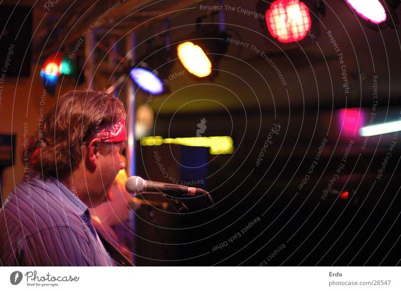 Rock von der Seite Gastronomie Konzert Show Bühnenbeleuchtung Sänger mehrfarbig Licht Musik Schnur Kneipe Musiker