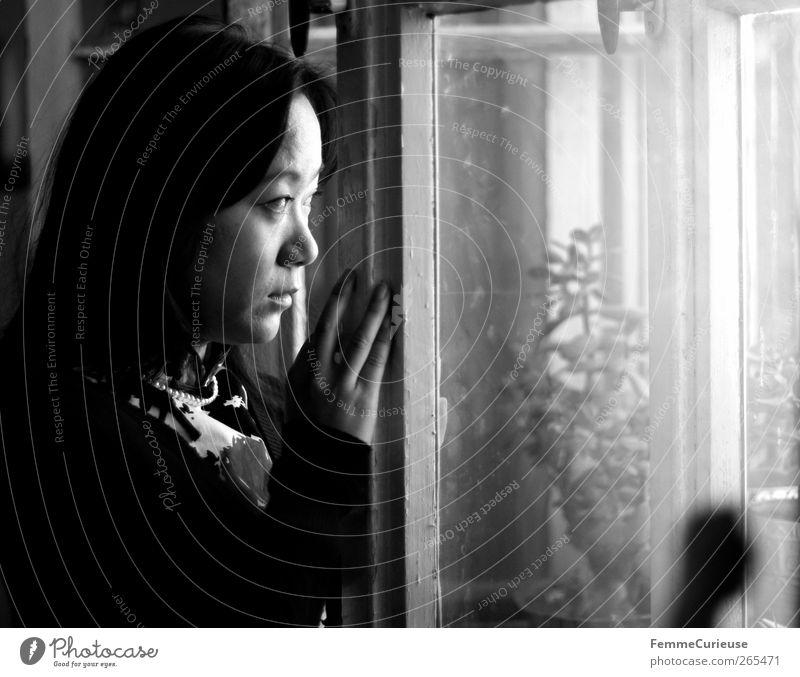 Yearningly II. feminin Junge Frau Jugendliche Erwachsene Kopf 1 Mensch 18-30 Jahre Einsamkeit Sorge warten Asiate Chinese Autofenster Blick herausschauen