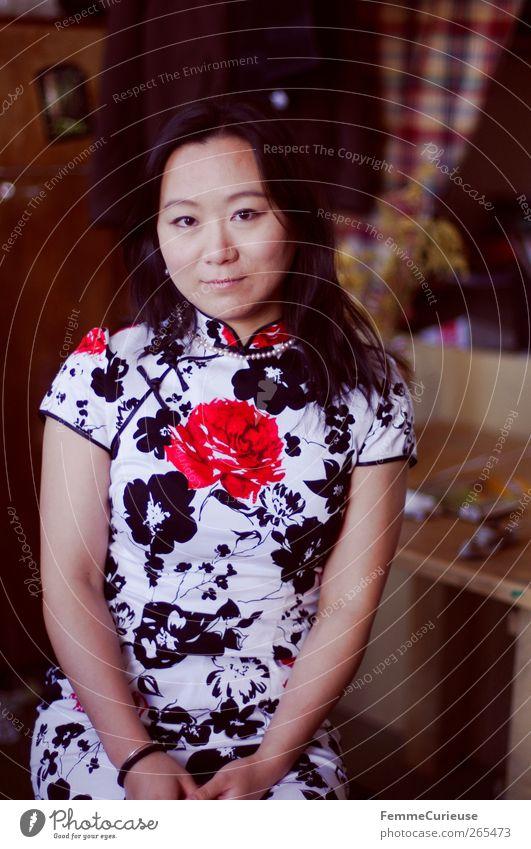 Beauty. feminin Junge Frau Jugendliche Erwachsene Kopf Arme 1 Mensch 18-30 Jahre elegant Chinese Asiate Chinesisch Tracht Trachtenkleid Kleid sitzen lachen