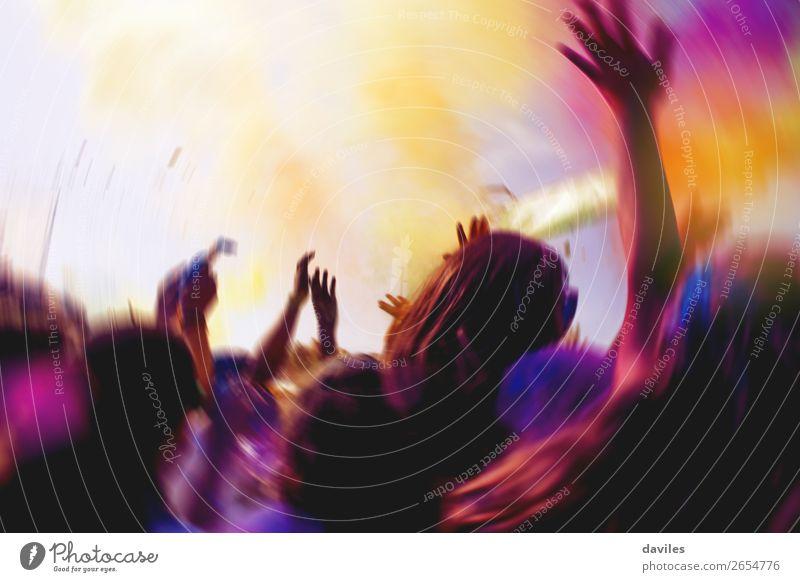 Mit erhobenen Händen während eines Konzerts. Freude Nachtleben Entertainment Musik Club Disco Diskjockey Tanzen Feste & Feiern Jahrmarkt Mensch Jugendliche Hand