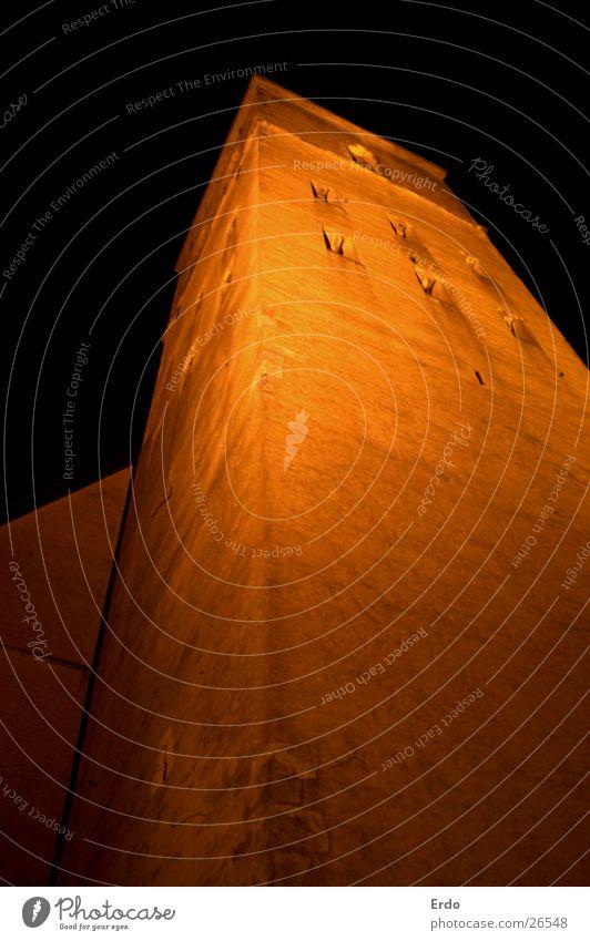 Kirchturm hoch hinaus Nachtaufnahme Langzeitbelichtung Architektur Religion & Glaube Turm Perspektive orange