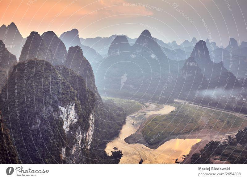 Malerischer Sonnenuntergang über dem Li River, China. Ferien & Urlaub & Reisen Tourismus Ausflug Abenteuer Ferne Freiheit Expedition Sommer Berge u. Gebirge