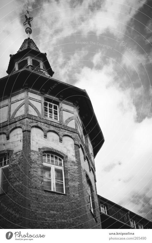 wolkenkuckucksheim Himmel alt Wolken Haus Fenster Architektur Gebäude Fassade Dach Turm Vergänglichkeit Bauwerk Burg oder Schloss Vergangenheit Verfall Ruine