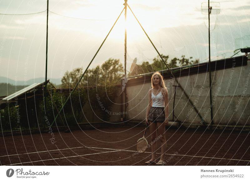 Übungsstunde I Freizeit & Hobby Sport Sportler Tennis Tennisschläger Tennisplatz feminin Junge Frau Jugendliche Hotpants blond langhaarig entdecken Fitness