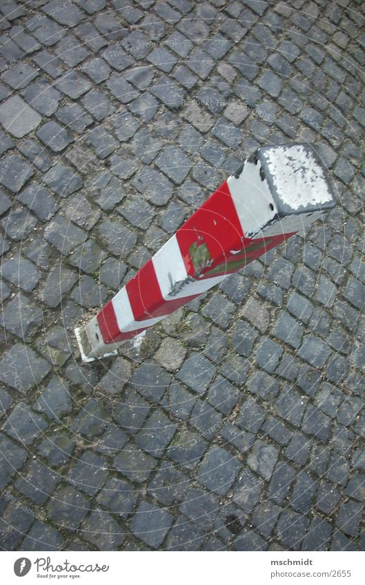 stop here! Säule stoppen rot weiß Dinge Pfosten Straße Wege & Pfade