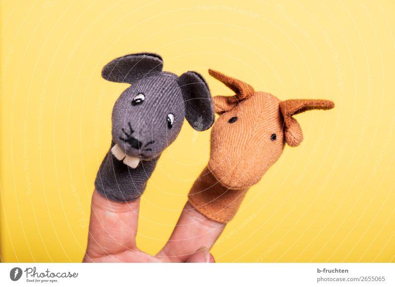 wir zwei Spielzeug Puppe Kitsch Krimskrams festhalten Spielen gelb Fingerpuppe Maus Pferd 2 Tierpaar paarweise Freude Theater Farbfoto Studioaufnahme