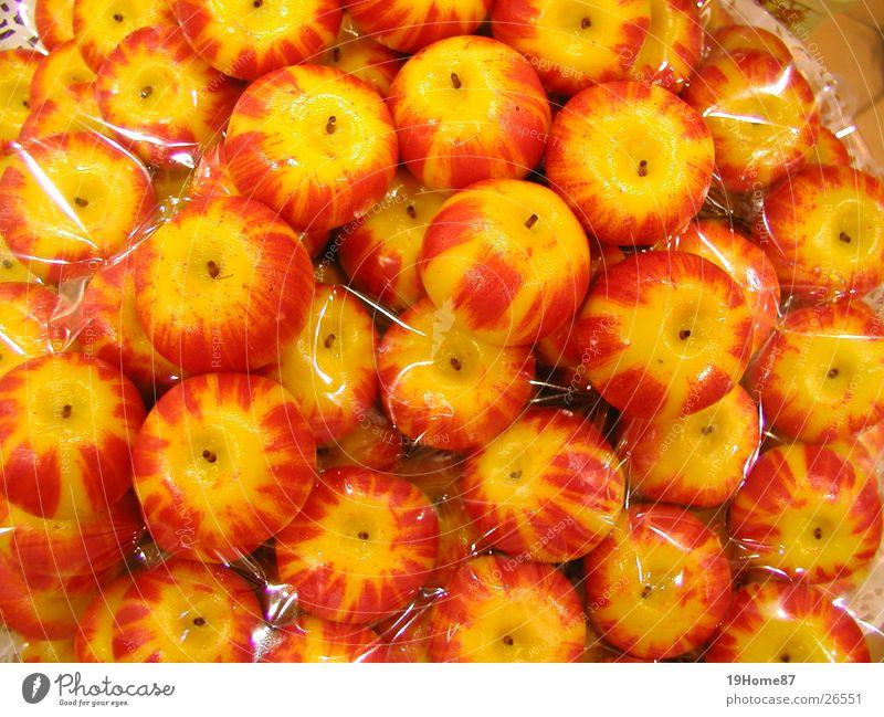 Äpfel auf einem Markt in Frankreich rot gelb Wärme Frucht süß Physik lecker Süßwaren grinsen Korb Marzipan