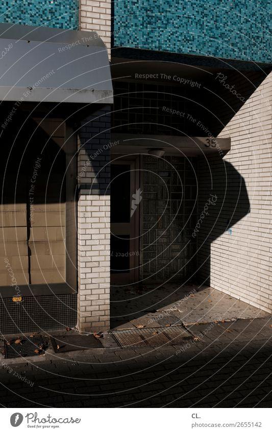 nr 35 Stadt Haus Architektur Mauer Wand Fenster Tür Eingang Verkehrswege Wege & Pfade Karton dunkel eckig Verfall Mosaik Gitterrost Hausnummer Farbfoto