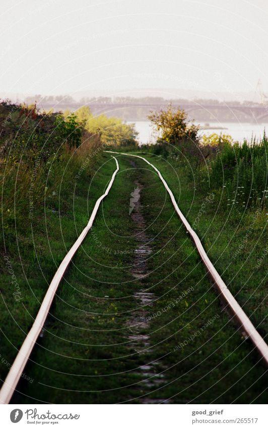 transsib Verkehr Verkehrswege alt Güterverkehr & Logistik Gleise Schienenverkehr Sibirien Eisenbahn Eisenbahnschwelle Russland grün Gras Küste angara Fluss