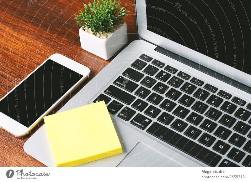 Bürotisch mit Computer und Zubehör Kaffee Lifestyle Design Schreibtisch Tisch Arbeit & Erwerbstätigkeit Beruf Büroarbeit Arbeitsplatz Kapitalwirtschaft Business