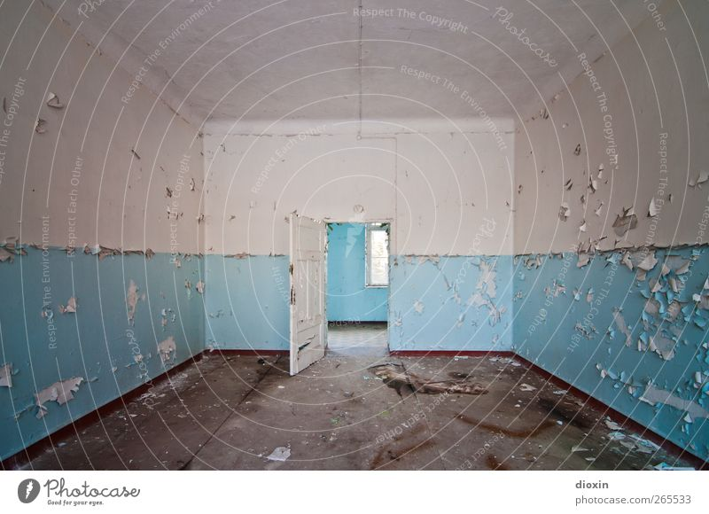Leerstand [2] Menschenleer Haus Bauwerk Gebäude Architektur Heilstätte Sanatorium Mauer Wand Fenster Tür alt authentisch kaputt trashig Stadt blau weiß Verfall
