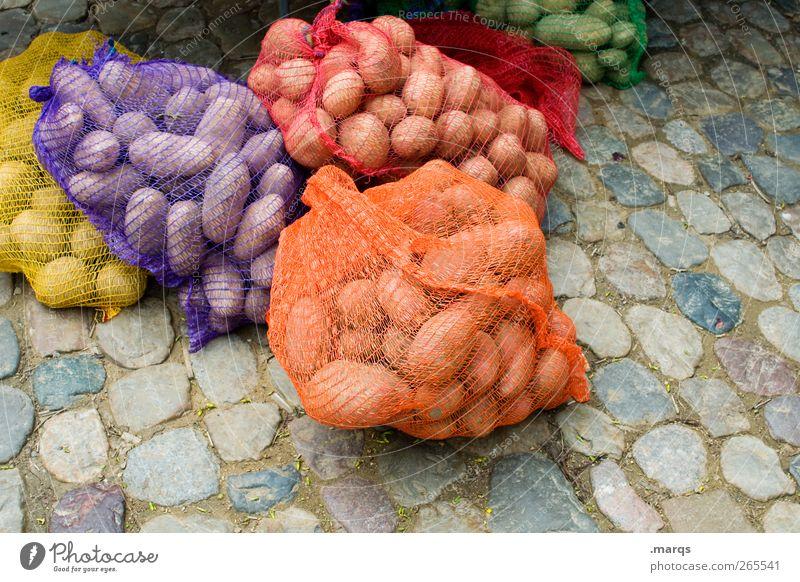 Kartoffeln Farbe Ernährung Lebensmittel viele Netz Gemüse skurril Kopfsteinpflaster Handel Bioprodukte verkaufen verpackt Marktstand