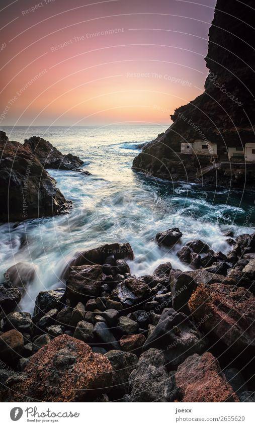 Meer schlägt leichte Wellen in felsige Bucht, Langzeitbelichtung Küste Wasser Insel Sonnenuntergang Stein Felsen Hütte Häuser Außenaufnahme Menschenleer Sommer