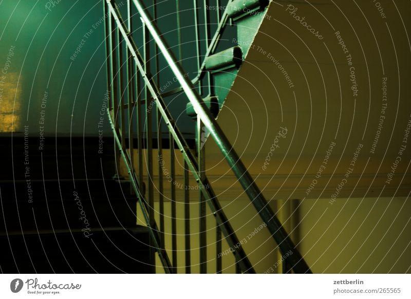 Treppe Bauwerk Gebäude Architektur Mauer Wand alt Treppengeländer Metall Niveau Treppenabsatz Treppenhaus steil Farbfoto Gedeckte Farben Innenaufnahme