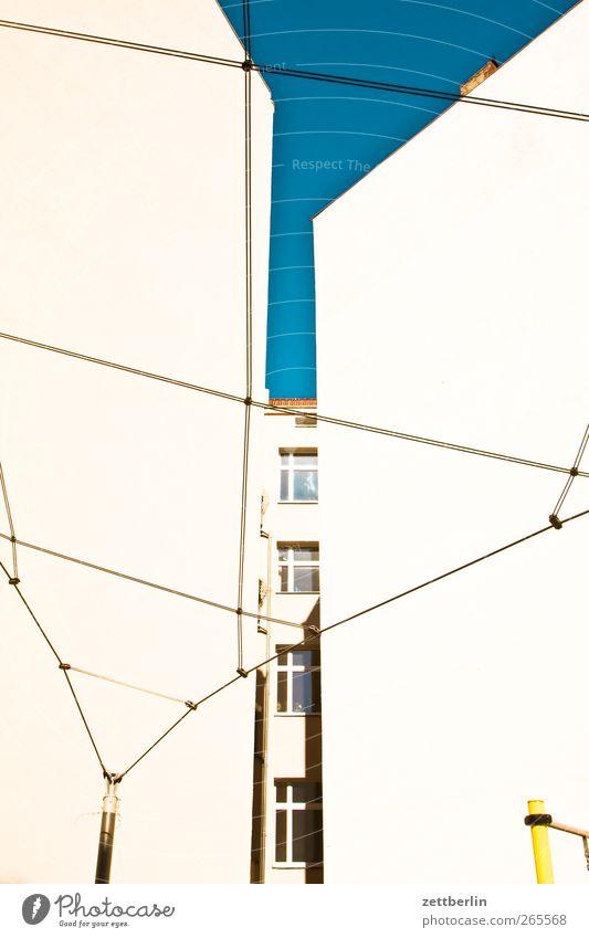 Mut zur Lücke Haus Stadtzentrum Bauwerk Gebäude Architektur Mauer Wand Fassade Fenster Netz Optimismus Erfolg Neugier Interesse Hoffnung Glaube Brandmauer Draht