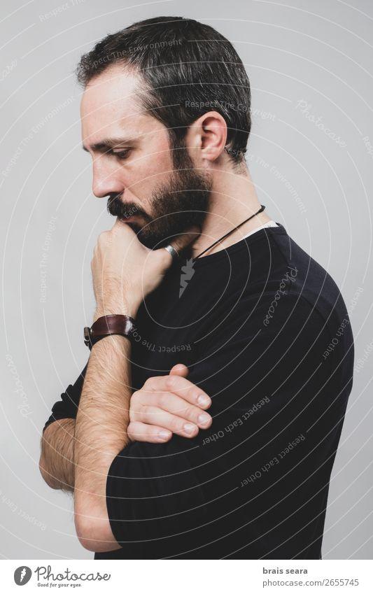 Nachdenklicher Mann Lifestyle Stil Gesicht Erholung Mensch maskulin Erwachsene Kopf Hand 1 30-45 Jahre Mode T-Shirt Hemd Leder Accessoire Vollbart Denken stehen