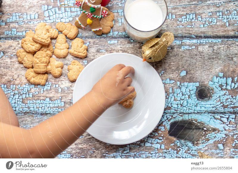 Süßes kleines Mädchen spielt mit Weihnachtskeksen und Milch. Essen Lifestyle Freude Glück schön Spielen Winter Tisch Feste & Feiern Weihnachten & Advent Kind