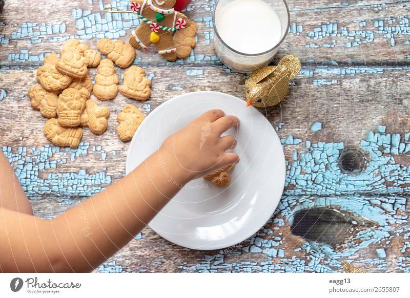 Süßes kleines Mädchen spielt mit Weihnachtskeksen. Essen Lifestyle Freude Glück schön Spielen Winter Tisch Feste & Feiern Weihnachten & Advent Kind Kindheit