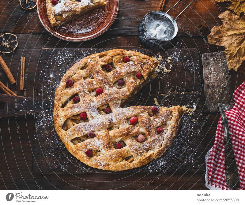 gebackene ganze runde Apfelkuchen Frucht Kuchen Dessert Mittagessen Abendessen Teller Tisch Küche Holz frisch lecker oben braun weiß Tradition Essen zubereiten