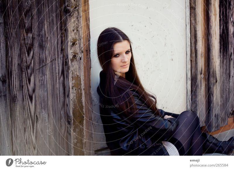 america feminin Junge Frau Jugendliche 1 Mensch 18-30 Jahre Erwachsene brünett langhaarig schön sitzen Farbfoto Außenaufnahme Tag Rückansicht Blick nach hinten
