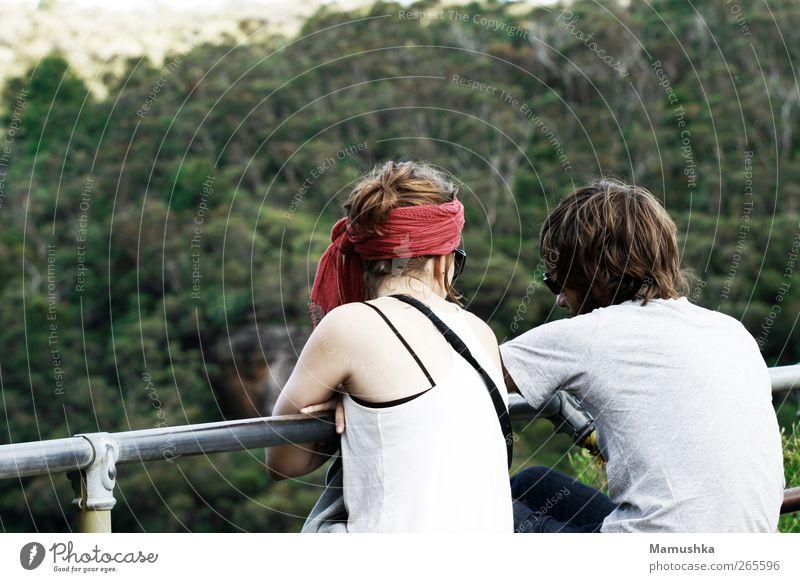Reden Mensch Natur Jugendliche Ferien & Urlaub & Reisen Sommer Wald Erwachsene Ferne Landschaft feminin sprechen Berge u. Gebirge Freiheit Denken Paar träumen