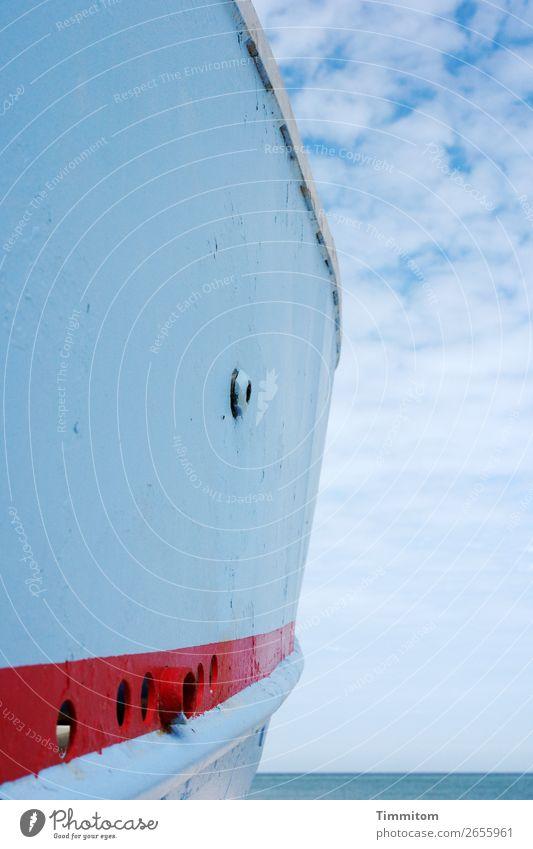 Bootsrumpf mit Wolken Himmel Natur Ferien & Urlaub & Reisen blau Farbe Wasser rot Umwelt Gefühle Zufriedenheit Luft ästhetisch einfach Streifen Urelemente