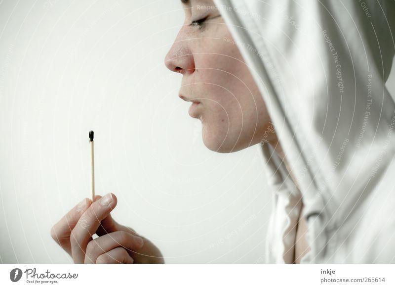 Es ist ganz einfach, nein zu sagen. Freizeit & Hobby Spielen Erwachsene Leben Gesicht Hand 1 Mensch Kapuze Streichholz beobachten festhalten heiß hell weiß