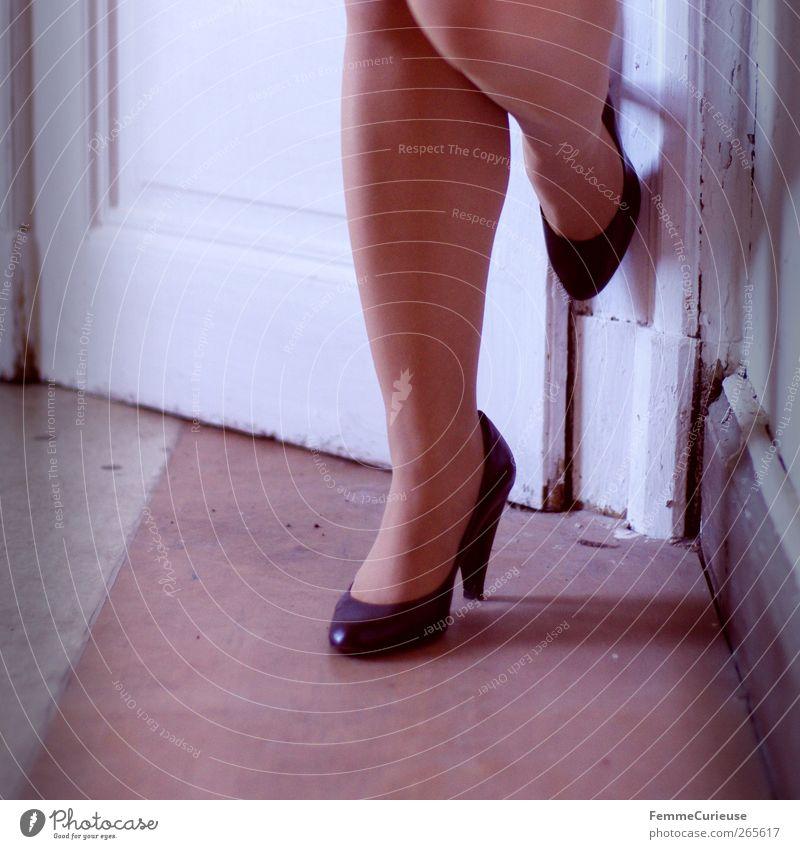 Legs. feminin Junge Frau Jugendliche Erwachsene 1 Mensch 18-30 Jahre ästhetisch elegant Erotik Beine Damenschuhe Schuhabsatz schwarz Strumpfhose Autotür