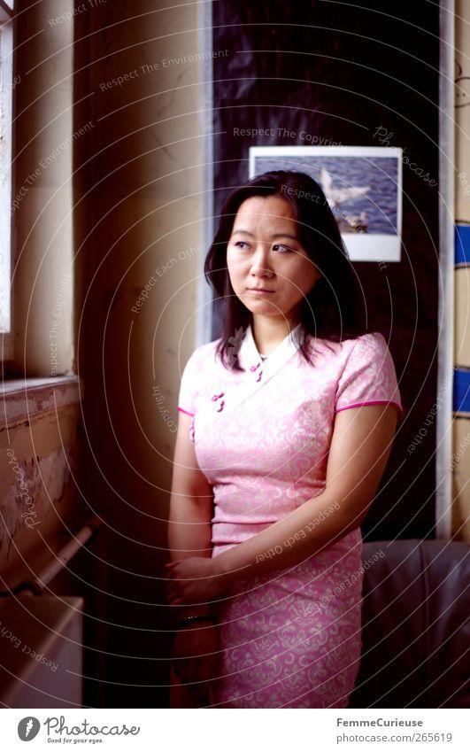 Waiting. Mensch Frau Jugendliche Erwachsene feminin Junge Frau Kopf Denken Autofenster rosa 18-30 Jahre Arme warten nachdenklich Hoffnung beobachten