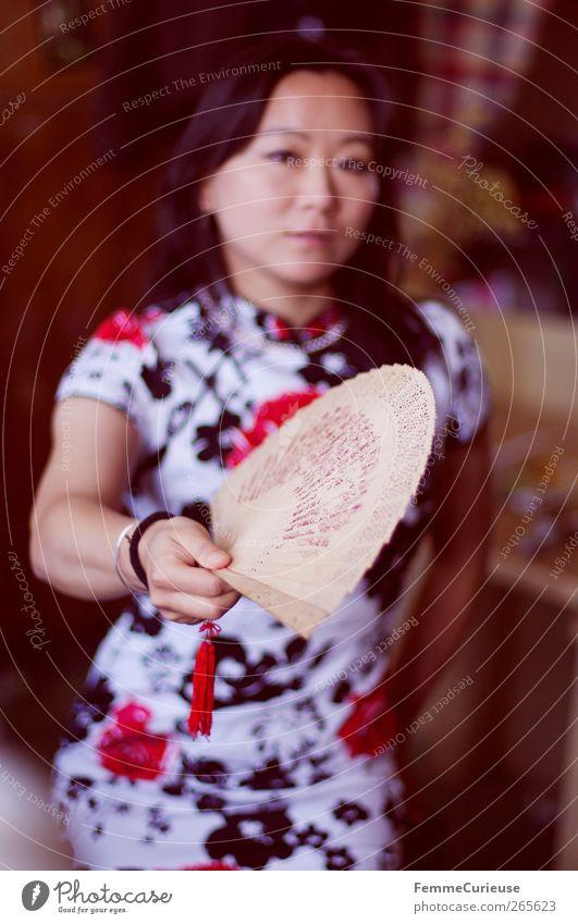 Woman fanning herself. Mensch Frau Jugendliche weiß Hand Sommer rot Blume Erwachsene Wärme Bewegung Junge Frau Luft Zufriedenheit 18-30 Jahre Arme