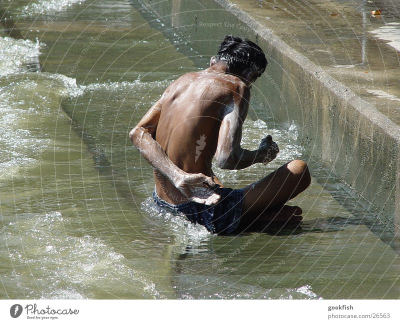 waschmaschine Mann Sonne braun dreckig Fluss Thailand Waschen Seife Bangkok