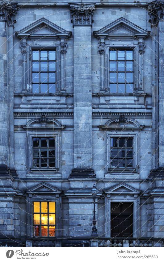 Schinkel allein zu Haus blau dunkel Fenster gelb Wärme Architektur Berlin Gebäude Kunst Fassade leuchten Tür Idylle Kultur Wandel & Veränderung Hoffnung