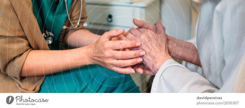 Arzt, der ältere Patienten ermutigt. Krankheit Medikament Krankenhaus sprechen Internet Mensch Frau Erwachsene Hand alt authentisch Freundlichkeit Mitgefühl
