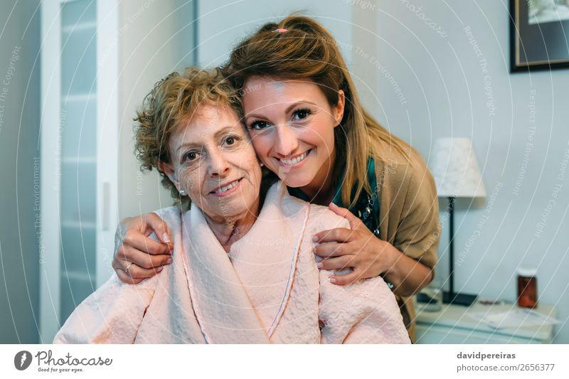 Weibliche Betreuerin posiert mit älterer Patientin Glück Gesundheitswesen Krankheit Lampe Schlafzimmer Arzt Krankenhaus Mensch Frau Erwachsene alt Lächeln