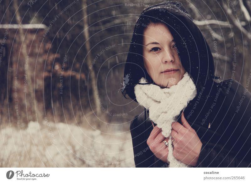 WinterTagsTraum feminin Junge Frau Jugendliche Erwachsene 1 Mensch 18-30 Jahre Jacke Leder Schal schwarzhaarig frieren ästhetisch authentisch natürlich Stimmung