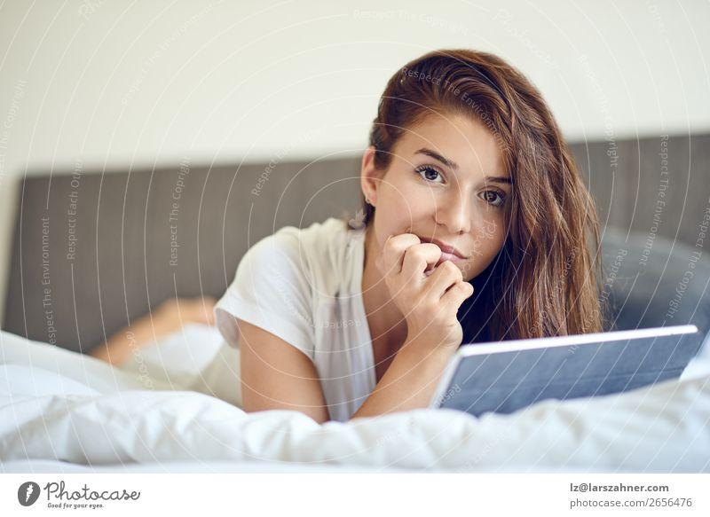 Brünette Frau mit Tablet PC im Bett kaufen Glück schön Schlafzimmer Business Computer Technik & Technologie Internet Erwachsene 1 Mensch brünett Lächeln