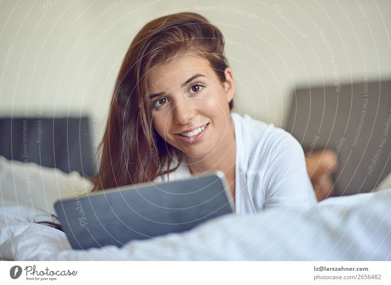 Frau Mensch Jugendliche schön 18-30 Jahre Erwachsene Glück Business Technik & Technologie Lächeln Computer kaufen niedlich Internet Hotel heimwärts