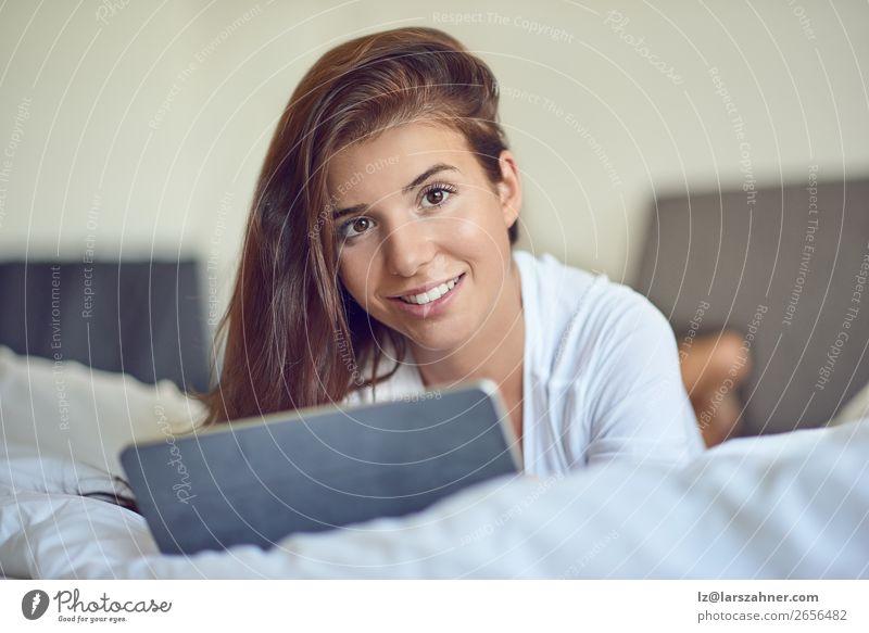 Hübsche junge Frau mit Tablette im Bett kaufen Glück schön Schlafzimmer Business Computer Technik & Technologie Internet Erwachsene 1 Mensch 18-30 Jahre