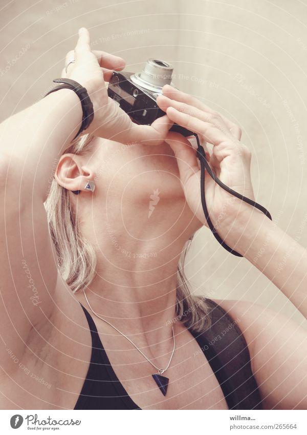 Die Hobbyfotografin Fotografieren Fotokamera Frau Erwachsene Hand Finger Hals Mensch blond Blick nach oben Hintergrund neutral Ferien & Urlaub & Reisen