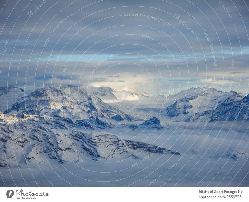 Erstaunliche Luftaufnahme der nebligen Schweizer Alpen und Wolken Ferien & Urlaub & Reisen Winter Schnee Berge u. Gebirge Natur Landschaft Himmel Horizont